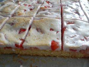 Jordgubbskaka med marängtäcke bild 5