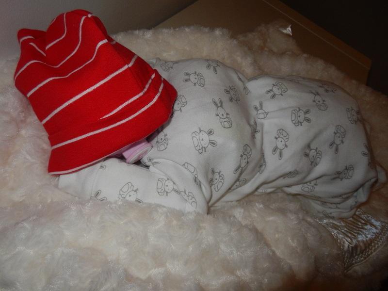 Sovande bebis av blöjor